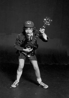 Foto rara do grande Angus Young, tirada durante a sessão de fotos para a capa do primeiro LP do AC/DC lançado internacionalmente, High Voltage, de 1976.