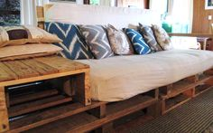 Wood Pallet Furniture Couch - See more Wood Pallet Ideas at http://wiselygreen.com/29-wood-pallet-project-ideas-for-the-creative-diyer/
