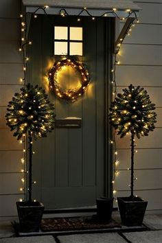This wonderful string light illuminates during night,Solar Outdoor String Fairy Lights noelchristmas Christmas Front Doors, Christmas Door, Winter Christmas, All Things Christmas, Christmas Time, Merry Christmas, Christmas Lights On Houses, Christmas Outdoor Lights, Christmas Garlands