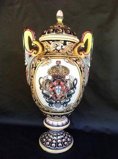 Grande ânfora em cerâmica, medalhão central e rica policromia.