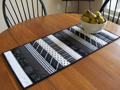 Mug Rugs * Runners * Topflappen Quilted Table Runner - reversible Save Money Cutting Your Home Energ Patchwork Table Runner, Table Runner And Placemats, Table Runner Pattern, Quilted Table Runners, Black And White Quilts, Place Mats Quilted, Quilted Table Toppers, Strip Quilts, Tablerunners