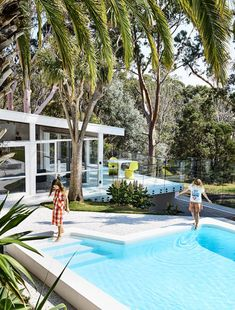 The Design Files – A Lovingly Restored Mid-Century Marvel In Mount Martha. Australian Architecture, Modern Architecture House, Australian Homes, Modern House Design, 1970s Architecture, Contemporary Beach House, Moderne Pools, Mid Century Exterior, The Design Files