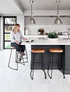 41 Cool Modern Kitchen Remodeling Ideas For Small Kitchen ~ Ideas for House Renovations Kitchen Family Rooms, Home Decor Kitchen, Kitchen Living, Kitchen Interior, Kitchen Ideas, Kitchen Layout, Living Rooms, Coastal Interior, Kitchen Decorations