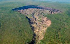 """Mitten in den tiefsten Nadelwäldern Sibiriens klafft ein monströser Abgrund. Die Bewohner der Taiga, die Jakuten, nennen ihn """"das Tor zur Unterwelt"""", das das jetzige Leben mit dem nächsten verbinde…"""