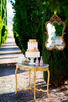 Preciosa idea para la mesa de pasteles en la boda