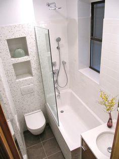 Glasvæg ved badekar giver mere plads i badet. De forskellige nuancer i flisevæggen sikrer at rummet ikke kommer til at virke klinisk og koldt.