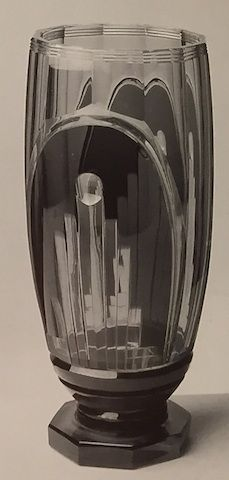 Val St Lambert vase 'Foch'. Joseph Simon 1935. Vase cristal topaze soufflé,,doublé noir et taillé. Signature VSL à la pastille à l'acide.