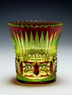A URANIUM GLASS VAL SAINT LAMBERT VASE WITH RED OVERLAY. Création de Joseph SIMON pour le Catalogue Cristaux de Fantaisie vers 1925 -1926