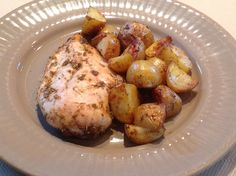 Easy Peasey Rosemary-Baked Chicken with Potatoes 2 steps? Meat And Potatoes Recipes, Potato Recipes, Paleo Recipes, Baking Recipes, Rosemary Chicken, Roasted Chicken, Baked Chicken, Chicken Potato Bake, Chicken Potatoes