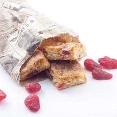 Blondies aux fraises moelleuses, chocolat blanc et amandes