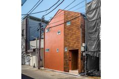 築80年以上の長屋をフルリノベーションしました。 屋根を一部架け替え、家の形にした外観は、屋根材を外壁に貼り、ウロコの様な模様のアクセントになり可愛らしい姿に生まれ変わりました。 Architecture, Arquitetura, Architecture Design