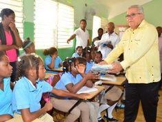 Director de CEA entrega útiles escolares en San Pedro de Macorís y Hayo Mayor