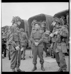Personnel of the Canadian Parachute Battalion, about to leave for the D-Day transit camp, England, May 1944 Canadian Soldiers, Canadian Army, Canadian History, British Soldier, British Army, Ride Of The Valkyries, D Day Normandy, Royal Canadian Navy, British Armed Forces