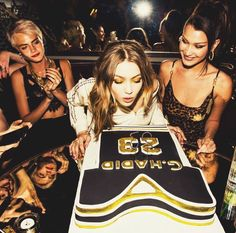 Cara Delevigne, Gigi Hadid and Bella Hadid at Gigi'S Birthday Party Bella Hadid Sister, Bella Gigi Hadid, Gigi Hadid Style, Bella Sisters, Cara Delevingne, Estilo Gigi Hadid, Gossip Girl, Kendall Jenner, My Idol