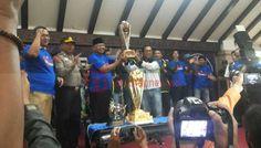 Terima Piala Dari Arema, Rendra Siapkan Bonus - Rendra Kresna, selaku Presiden Arema FC menerima Piala hasil kemenangan gemilang tim arema fc dalam menjuarai turnamen Piala Presiden 2017.  - https://satuchannel.com/terima-piala-dari-arema-rendra-siapkan-bonus/