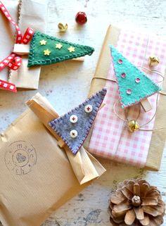 http://www.lafigurina.com/2016/12/mollette-chiudi-pacco-regalo-fai-da-te/ ecco un tutorial per creare degli allegri chiudipacco natalizi in feltro!