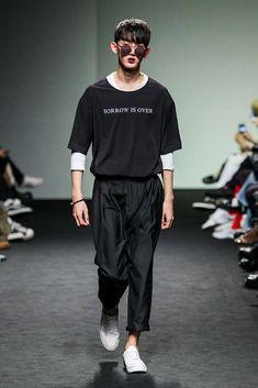 De nueva cuenta el binomio del blanco y negro se hace presente en las pasarelas de Seúl http://www.99wtf.net/men/mens-accessories/guide-to-wear-accessories/