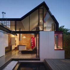 Ce projet est une extension à une terrasse dans le centre-ville de Melbourne. La ligne de toit me fait penser au graphique d'un battement de coeur sur un électrocardiogramme. Toute l'extension se porte autour de la cour extérieure qui devient le centre de la maison. Le nouvel espace est habillé d'une série de portes vitrées, le rendant à l'opposé des pièces sombres de la vieille maison. Ce large vitrage, le choix de matériaux clairs et le revêtement coloré rend l'extension lumineuse.