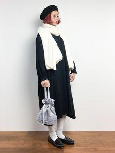 白いマフラーと黒ワンピースのモノトーンコーデ☆★☆★
