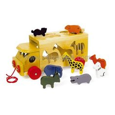 Madera en tono natural con faros y ruedas rojos. Cuerda para llevarlo donde los peques quieran y trampilla atrás. En este vehículo todos los animales de la selva, cada uno de un color, encontrarán sitio insertándolos por su hueco justo. Un bonito juego para entrenar la motricidad. Los niños se lo pasarán en grande a la par que aprenderán los animales y los colores y desarrollarán habilidades mentales. Medidas aproximadas: 27 x 13'20 x 13'50 cms.ENVIO GRATIS.