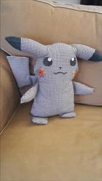 Schattige Pikachu in een landelijk stofje.  (marktplaatsadvertentienummer m1115682593)