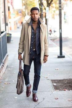 Tenue: Trench beige, Veste en jean bleu marine,  gris foncé, Pull à col roulé brun