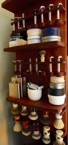 This listing is for the Zilla Connoisseur wet shaving display. This item is ideal for the individual with a very large collection. It strikes a fine balance between security of ones collection and showcasing it. The razor supports are extending out to the viewer in the shape of an arc