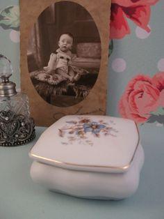 Mooi porseleinen bakje. Leuk om kleine sieraden of haarspeldjes in te bewaren. http://www.hetvrolijkedametje.nl/vintage/vintage-wonen/porseleinen-bakje-1528