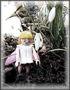 Schneeglöckchen  von Cicely Mary Barker  Grauer Himmel, kalter Schnee, zugefroren ist der See noch im Monat Februar und da klingt es wunderbar, wenn Schneeglöckchen, weiß und klein, läuten: Bald wird Frühling sein!