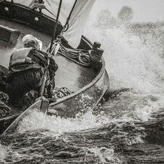 Kunstwerk: 'Skûtsje in een golf' van ThomasVaer Tom Coehoorn Sailboat, Dutch, Toms, Ships, Canvas, Design, Products, Sailing Boat, Tela