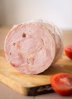 Встречается много рецептов самодельных колбас и ветчины. Мясную начинку помещают в черева (кишки) с помощью специальных насадок к мясорубке или через хитроумные приспособления из пластиковой бутылки. Немного удобнее заворачивать в пищевую пленку и запекать. Получится вкусное куриное блюдо, но далекое от вкуса ветчины. Подобные манипуляции меня напрягали. Черева не продаются, с остальным долго возиться. Попался […]