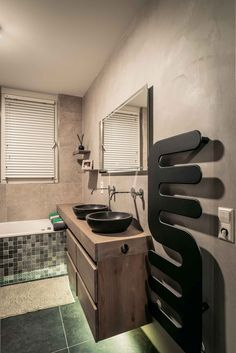 Betegelde badkamer met design verwarming / handdoekdroger, rustieke wasbakken en Natural Clay wanden   Creative Minds International