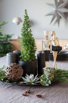 Lag en adventsstake på et fat, med lys og naturmaterialer. Christmas Tag, Christmas 2019, All Things Christmas, White Christmas, Christmas Crafts, Christmas Decorations, Xmas, Table Centerpieces, Table Decorations