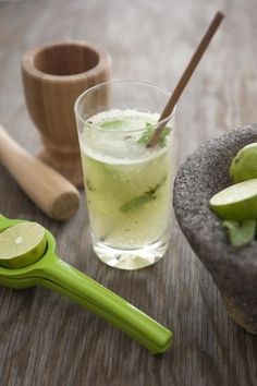 I love agua de pepino (fresh cucumber water) as well as cucumber martinis, so it only made sense to make a refreshing cucumber mojito. Cucumber Water, Vodka Mojito, Coconut Mojito, Mojito Mocktail, Mint Mojito, Stevia, Fruit Recipes, Cooking Recipes, Cocktail Recipes