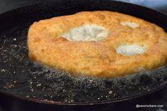 Langoși ungurești rețeta tradițională pas cu pas   Savori Urbane Bagel, Cornbread, Cooking Recipes, Ethnic Recipes, Food, Millet Bread, Chef Recipes, Essen, Eten
