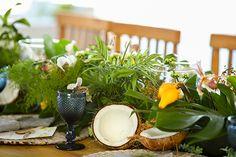 Casamento na praia em Trancoso - decoração tropical rustico chic - arranjo de mesa com folhagens coco e flores tropicais ( Foto: Mel e Cleber | Decoração: Congrega Bahia )