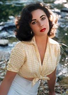 Elizabeth Taylor wearing a classic 1950s cropped-tee. Love the colour and design, as well as the make-up complimenting the look.