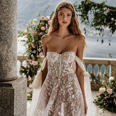 Insanely beautiful #Berta #vakkowedding #bridal Berta Bridal, Bridal Lace, Bridal Style, Gorgeous Wedding Dress, Wedding Dress Styles, Beautiful Dresses, Gown Wedding, Dream Wedding, Beautiful Women