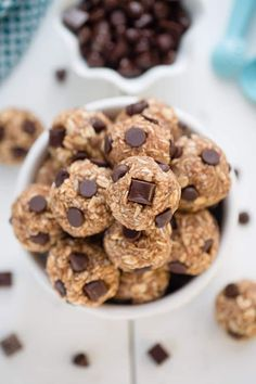 No Bake Peanut Butter Energy Bites & chocolate chips make the perfect EASY healthy snack. Best of all, ONLY 5 ingredients & great for after a workout!