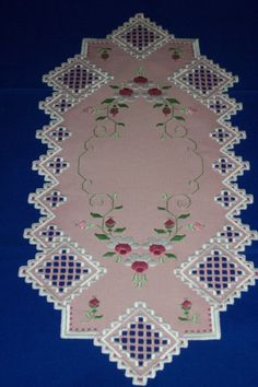 Striscia per tavolo con rose a punto antico / hardanger
