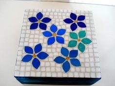 Base MDF, trabalho em mosaico com pastilhas de vidro. <br>Tamanho: 18x18x10cm <br>(Caixa com 4 divisórias) Mosaic Tray, Router Projects, Mosaic Flowers, Mosaic Projects, Mosaic Patterns, Handicraft, Stained Glass, Decoupage, Creations
