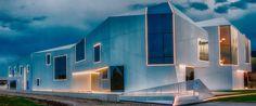 """La nuova sede dell'azienda di moda Daniela Dallavalle di Carpi (MO) chiamata """"Baracca sul Mare"""" è un esempio concreto di utilizzo della luce LED per definire forme e volumi e per dare dinamicità alla materia. Mansions, House Styles, Home Decor, Shape, Mansion Houses, Homemade Home Decor, Villas, Fancy Houses, Interior Design"""