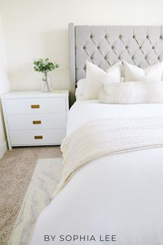 Seriously obsessed with these ways on how to make your apartment look expensive!! These are so simple and cheap! First Apartment Tips, First Apartment Essentials, Apartment Checklist, Apartment Hacks, Apartment Living, Ikea, Apartment Decorating On A Budget, Living Room On A Budget, Moving Hacks
