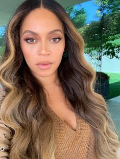 Check out Beyonce @ Iomoio Beyonce Hair Color, Beyonce Makeup, Beyonce Hair Blonde, Curly Hair Styles, Natural Hair Styles, Balayage Hair, Honey Balayage, New Hair, Hair Inspiration