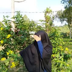 Trik matahari tidak sepanas api di neraka Hijabi Girl, Girl Hijab, Ootd Hijab, Hijab Outfit, Muslim Girls, Muslim Women, Niqab Fashion, Fashion Outfits, Hijab Cartoon