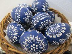 Velikonoční+kraslice:+tmavě+modré+Velikonoční+slepičí+kraslice,+zdobená+bílým+voskem.+Vejce+jsou+vydesinfikovány+savem.+Uvedena+cena+je+za+jeden+kus.