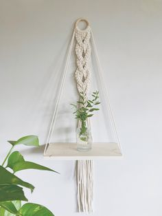 Macrame Plant Hanger Patterns, Macrame Plant Hangers, Macrame Patterns, Diy Crafts To Do At Home, Wall Plant Hanger, Macrame Design, Macrame Projects, Crafty Craft, Creations