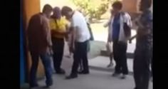"""El Presidente de Bolivia, Evo Morales, afirmó hoy que sus escoltas lo atienden por """"cariño"""" y se preocupan por su imagen personal, tras ser criticado porque aparece en un video ordenando con la mano a un custodio que le ate el cordón de uno de sus zapatos. Morales dedicó media hora de una rueda de […]"""