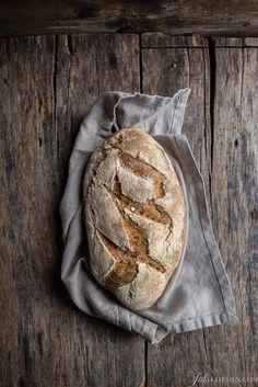 Ecco la ricetta per un pane ai 4 cereali fatto con farina di farro, farina di segale, farina di grano saraceno e farina di grano tenero, mescolate e tenute insieme da acqua e olio per formare un pane croccante e rustico.