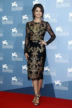 Festival de Venecia. Selena Gómez con vestido de Dolce y sandalias de Jimmy Choo